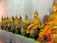 Même dans ce petit temple modeste, les bouddhas sont honorés. Wat Samanakottaram, Ayutthaya, Thaïlande.