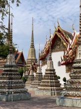 Vue des stupas et des temples richement ornés du Wat Pho, Bangkok, Thaïlande.