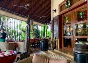 La terrasse qui entoure l'hôtel Anise sert de restaurant, il fait bon y prendre ses repas. Les visiteurs sont accueillis par un Bouddha qui fait le geste de protection. Phnom Penh, Cambodge.