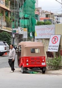 Cherchez l'erreur... Une scène juste à côté de notre hôtel, où un immense gratte-ciel est en construction. Phnom Penh, Cambodge.