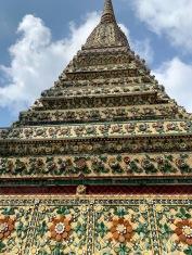 Un des stupas joliement décoré du Wat Pho, Bangkok, Thaïlande.