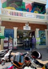Notre librairie préférée, avec un bon choix de livres en anglais et quelques parutions en français. On y trouve des écrits sur l'occupation des Khmers rouges et aussi plusieurs écrits d'auteurs de la région. Un bon moyen de comprendre le pays. Phnom Penh, Cambodge.