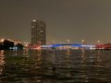 Vue de l'un des ponts au-dessus du Chao Praya et de la ville de Bangkok à partir d'un bateau-taxi. Thaïlande.