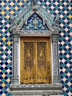 Ce petit temple est entièrement recouvert de céramique, Wat Phra Kaew, Bangkok, Thaïlande.
