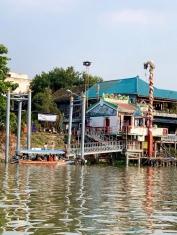 Une navette relie les rives d'Ayutthaya du matin jusqu'au soir. Ce quai donne accès à la gare ainsi qu'à plusieurs autres commerces: épiceries, pharmacies, restaurants. Thaïlande.