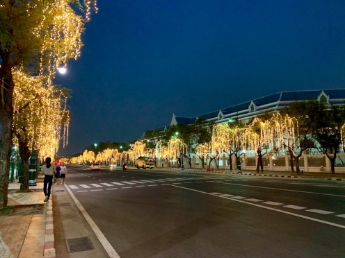 Rue illuminée de la ville de Bangkok, près du Grand Palais. Thaïlande.