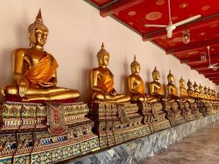 Plusieurs centaines de Bouddhas sont rangés dans les galeries entourant le Phra Ubosot, Wat Pho, Bangkok, Thaïlande.