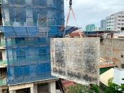 Des gratte-ciel sont en construction dans plusieurs parties de la ville. Celui-ci est juste à côté de notre hôtel. De la fenêtre de notre chambre au 5e étage, nous pouvions observer les travaux en cours. Cette pièce sert de forme pour une structure de ciment et nous apparaît bien lourde. Pas étonnant qu'il soit interdit de stationner en bas! Phnom Penh, Cambodge.