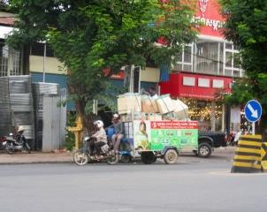 Tout un chargement! Espérons que celui-ci est bien attaché. Phnom Penh, Cambodge.