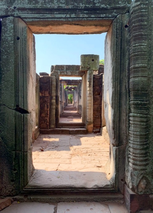 Une des galeries sans fin de Prasat Hin Phimai, Phimai, Isan, Thaïlande.