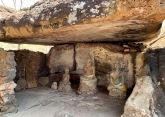 Certains menhirs ont été convertis en lieux de culte à l'ère Dvâravati, vers le IIe siècle avant notre ère jusqu'au IX siècle de notre ère. Parc national historique du Phu Phra Bat, Isan, Thaïlande.