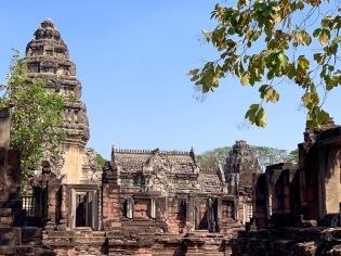 L'une des structures du Prasat Hin Phimai se dégage sur un fond de ciel bleu. Phimai, Thaïlande.