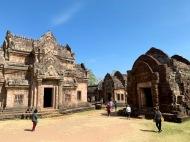 Une des cours intérieures du Prasat Phanom Rung avec une très ancienne structure de brique sur la droite. Isan, Thaïlande.