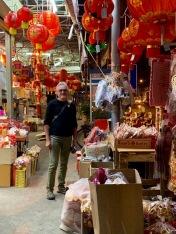 C'est la préparation du Nouvel An Chinois et du Têt Vietnamien, les trottoirs sont remplis de décorations à vendre. Khon Kaen, Isan, Thaïlande.