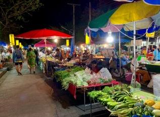 Le marché de nuit de Nang Rong avec ses fruits et légumes frais. Isan, Thaïlande.