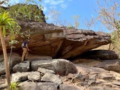 Certaines formations rocheuses cachent de petits trésors tels que des peintures rupestres. Parc national préhistorique de Phu Phra Bat, Isan, Thaïlande.