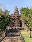Construit sur un ancien volcan, le Prasat Phanom Rung trône tout en haut d'un long escalier. Isan, Thaïlande.