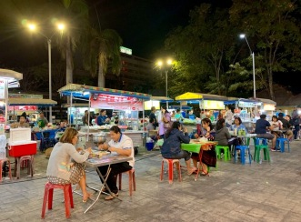 Marché de nuit à Ubon Ratchathani, un rendez-vous de la population locale. Isan, Thaïlande.