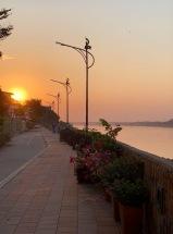 Le soleil se couche sur Nong Khai et sur le pont de l'Amitié qui traverse le Mékong en direction du Laos. Isan, Thaïlande.