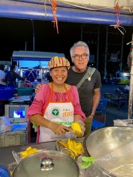 Cette femme cuisine l'un des meilleurs sticky rice que nous ayons goûté. Marché de nuit de Ubon Ratchathani, Isan, Thaïlande.