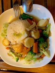 Une cuisinière nous prépare des plats végétariens même s'ils ne figurent pas au menu. Un bel exemple de la cuisine Thaï et de la gentillesse des habitants de l'Isan. Nang Rong, Thaïlande.