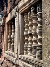 Les barreaux sculptés des fenêtres, vestiges de l'architecture khmer, ne sont pas sans nous rappeler le site d'Angkor. Prasat Hin Phimai. Isan, Thaïlande.