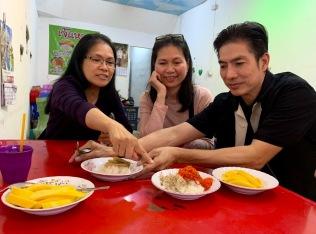Nos amis de Khon Kaen nous font découvrir de nouveaux plats de la gastronomie thaïlandaise. Nous terminons par un sticky rice traditionnel. Khon Kaen, Isan, Thaïlande.
