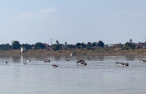 Les cendres d'un moine bouddhiste très connu et très respecté en Thaïlande sont répandues sur le Mékong à la hauteur de Nong Khai, selon ses dernières volontés. Isan, Thaïlande.