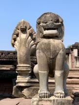 Deux impressionnants gardiens de l'entrée du Prasat Hin Phimai, Phimai, Isan, Thaïlande.