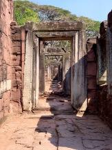 Il est difficile de s'imaginer que nous sommes au milieu d'une ville lorsque nous parcourons les couloirs du Prasat Hin Phimai. Phimai, Thaïlande.