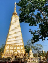 Le Wat Phra That Nong Bua de Ubon Ratchathani attire des fervents de tous les âges. Nous y avons rencontré plusieurs classes d'élèves avec leur professeur. Isan, Thaïlande.