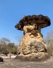 La tour Ho Nang Usa surmontée d'une immense dalle porte encore les traces de l'époque Dvâravati alors que le parc était un centre religieux. Parc National historique de Phu Phra Bat, Isan, Thaïlande.