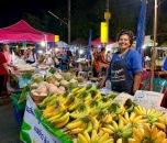 Marchande de fruits au marché de nuit de Nang Rong. Ces bananes sont délicieuses et l'ambiance est à la fête. Isan, Thaïlande.