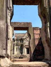 Suite au déclin de l'empire Khmer, la ville devint sous la gouvernance d'Ayutthaya. Selon les informations du musée à l'entrée du site, il est possible que c'est à cette époque que le nom de la cité a été changé pour devenir Phimai. Prasat Hin Phimai, Isan, Thaïlande.