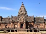 L'entrée du Prasat Phanom Rung, la promesse d'une belle visite, sous un soleil radieux. Isan, Thaïlande.