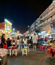 Le marché de nuit de Khon Kaen offre une cuisine variée et délicieuse, préparée sur place, juste sous nos yeux. Les odeurs sont indescriptibles. Isan, Thaïlande.