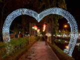 Un joli parc bien aménagé au centre d'Ubon Ratchathani, juste à côté du marché de nuit. Isan, Thaïlande.