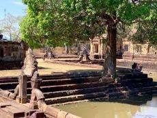 L'un des quatre bassins du Prasat Muang Tham décoré de nagas. Isan Thaïlande.