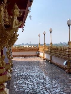 Chacun des étages du Wat That est décoré avec soin et offre une belle vue sur les parcs des environs. Khon Kaen, Isan, Thaïlande.
