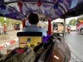À Nakhon Ratchasima la gare et le terminus d'autobus sont éloignés. Nous négocions les services d'un chauffeur de tuk tuk pour nous rendre au terminus le plus vite possible et attraper le prochain bus en direction de Nang Rong. Isan, Thaïlande.