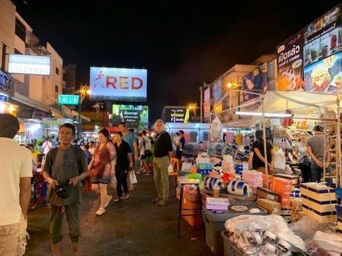 Le marché de nuit de Khon Kaen se tient sur une portion d'une grande artère de la ville, fermée pour l'occasion. Il est possible d'y acheter un peu de tout. Isan, Thaïlande.